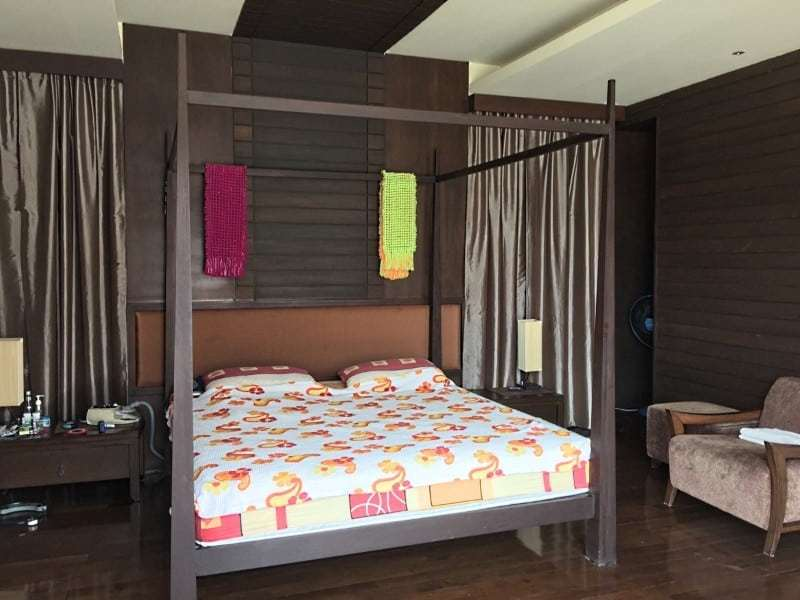 Hua Hin city villa for sale close to the beach four poster