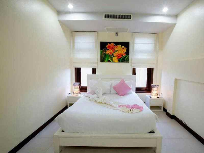 Huge Hua Hin villa for sale large pool guest bed