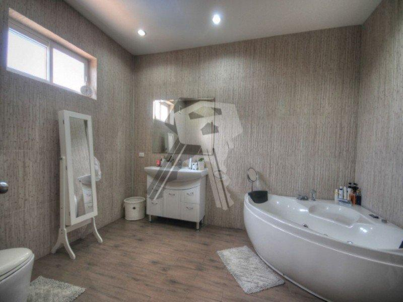 Large Hua Hin property for sale bath tub