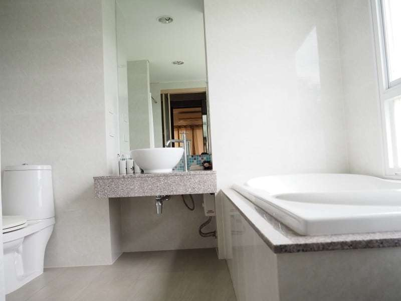 Well sized Hua Hin apartment for sale bath tub bathroom