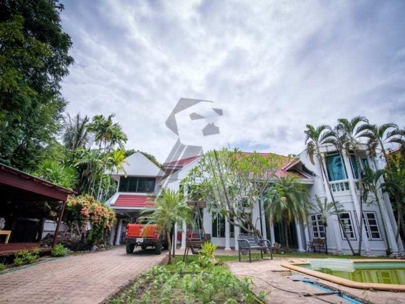 Hua Hin 2 story villa for sale drive way