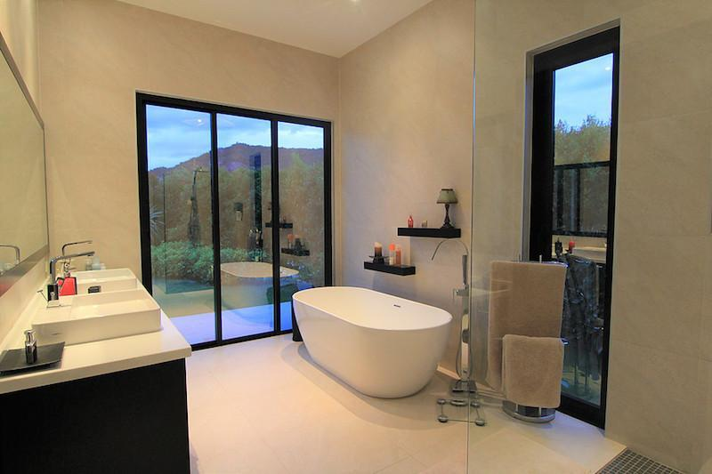 Luxury Baan Ing Phu Villa re-sale - master bath