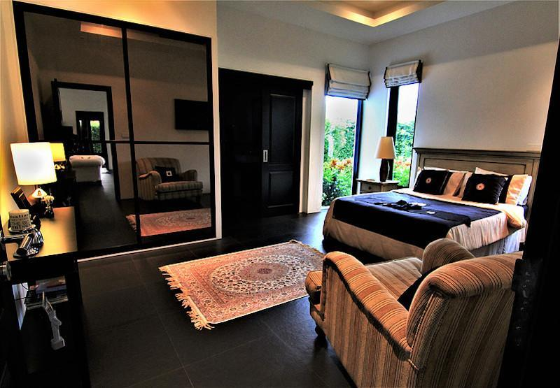 Luxury Baan Ing Phu Villa re-sale - master bedroom