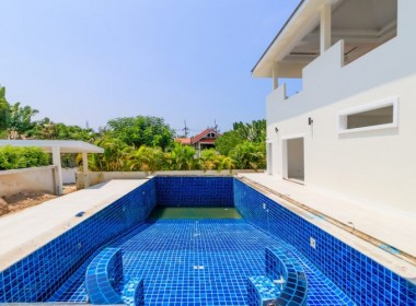 Villa for sale in walking distance to beach - pool