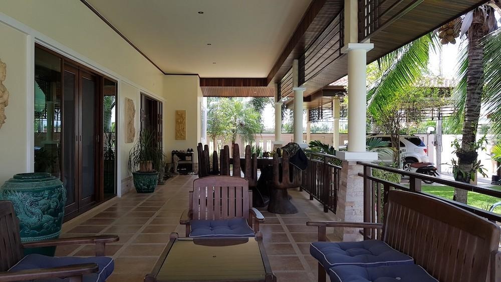 Huge villa for sale Hua Hin center - terrace