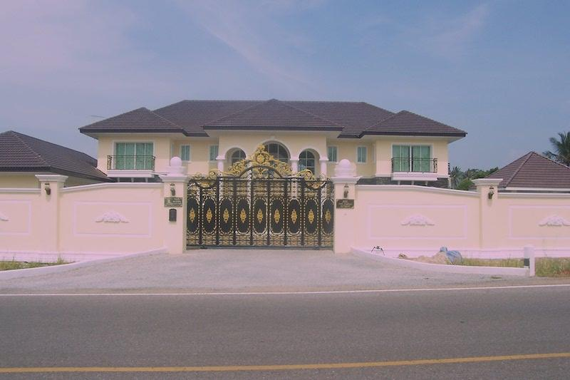 Mansion style villa for sale - gate