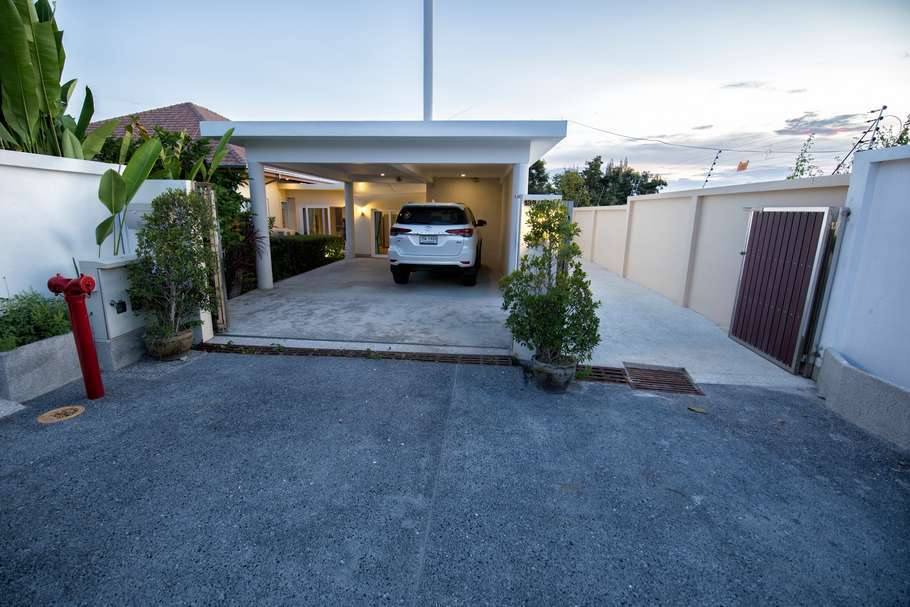 4 bed villa in The Views for sale - car park