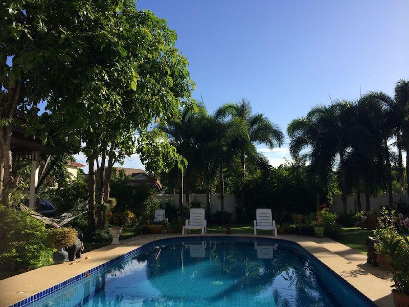 Spacious villa for sale close to the beach - pool