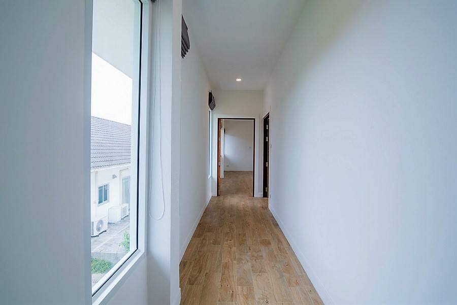 Spacious pool villa for sale close to town - hallway