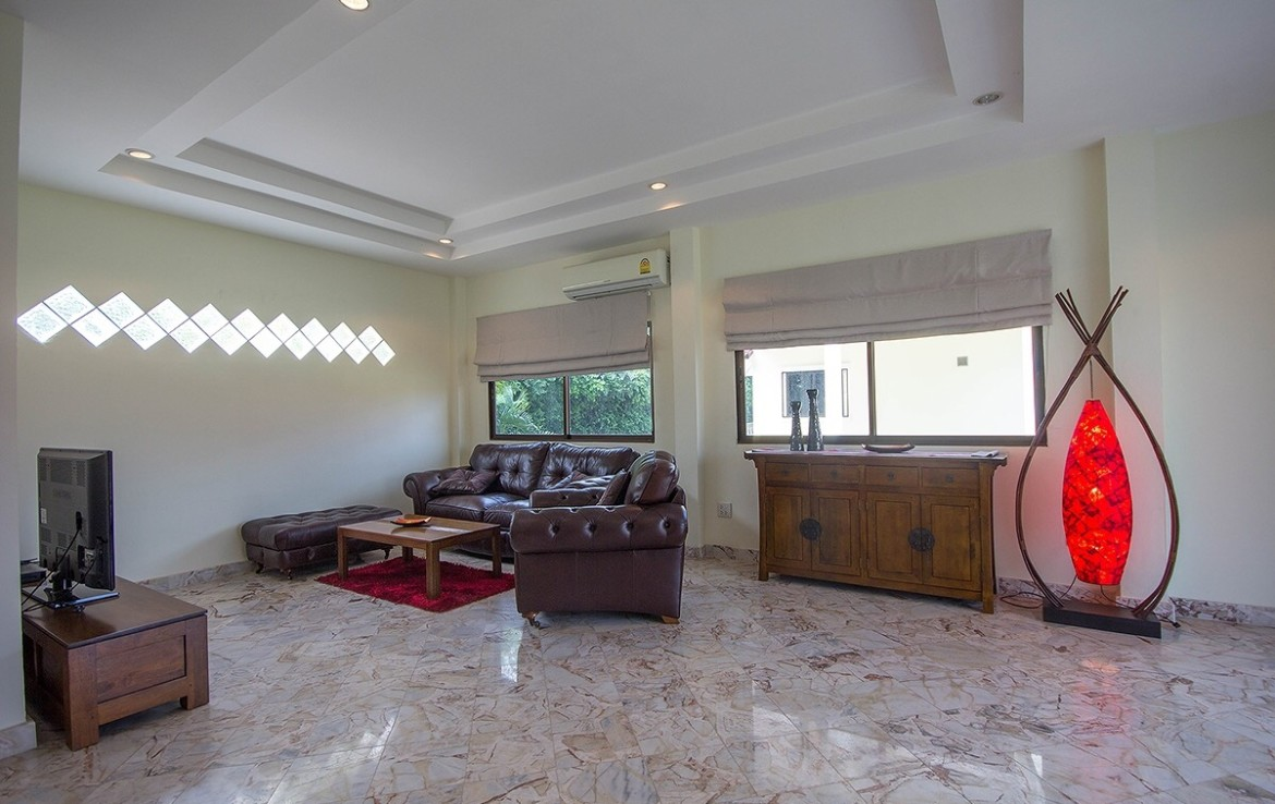 Detached 2 storey house for sale with pool - real estate