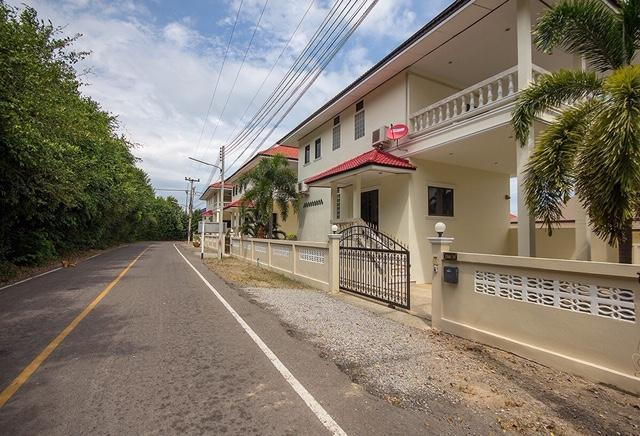Detached 2 storey house for sale with pool - street