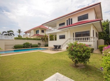 Detached 2 storey house for sale with pool - garden